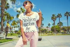 Modele en la ropa casual del inconformista del verano que presenta en fondo de la calle Imagen de archivo