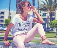 Modele en la ropa casual del inconformista del verano que presenta en fondo de la calle Imagen de archivo libre de regalías