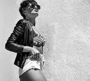 Modele en la ropa casual del inconformista del verano que presenta en fondo de la calle Fotografía de archivo