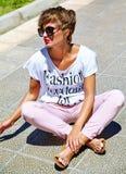 Modele en la ropa casual del inconformista del verano que presenta en fondo de la calle Imágenes de archivo libres de regalías
