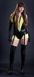 Modele en outfi amarillo y negro atractivo Imagen de archivo
