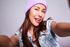 Modele en ropa casual de los vaqueros del verano sin maquillaje en gorrita tejida púrpura Fotos de archivo
