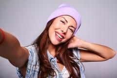Modele en ropa casual del verano sin maquillaje en estudio Imagenes de archivo