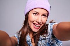 Modele en ropa casual del verano sin maquillaje en estudio Fotografía de archivo