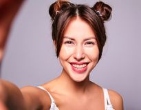 Modele en ropa casual del verano sin maquillaje en estudio Fotos de archivo libres de regalías