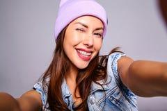 Modele en ropa casual del verano sin maquillaje en estudio Imagen de archivo