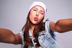 Modele en ropa casual del verano sin maquillaje en estudio Fotografía de archivo libre de regalías