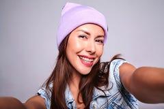 Modele en ropa casual del verano sin maquillaje en estudio Foto de archivo