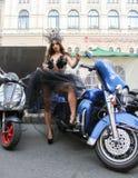 Modele en un vestido transparente que presenta en motocicleta azul Fotos de archivo libres de regalías