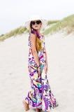 Modele a la muchacha en la playa Foto de archivo libre de regalías