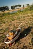 Modele la nave contra el agua Imagen de archivo