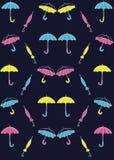 Modele los paraguas coloreados en un fondo azul ilustración del vector