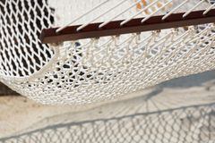 Modele a luz e a sombra da rede da praia sob uma luz solar forte fotografia de stock