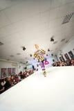 Modele no vestido colorido na mostra Fotografia de Stock