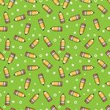 Modele o eliminador de madeira e cor-de-rosa amarelo do lápis em um fundo verde Fotografia de Stock Royalty Free
