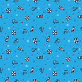 Modele o farol, o boia salva-vidas e a âncora do mar no fundo azul Foto de Stock