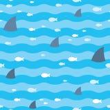 Modele os peixes e os tubarões das aletas que nadam no mar azul Teste padrão dos tubarões Imagem de Stock