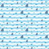Modele os tubarões e os peixes das aletas que flutuam no mar azul Os tubarões e o peixe nadam no mar Fotos de Stock