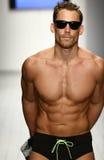 Modele ozdabiają wybieg w projektanta pływania odzieży podczas sztuka instytutu pokazu mody zdjęcie royalty free