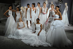 Modele pojawiać się przy grzanką Tony oddział: Specjalna Bridal kolekcja Zdjęcie Royalty Free