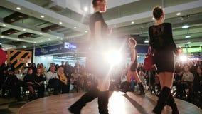 Modele pokazuje nową kolekcję, pokaz mody, dziewczyny chodzi w dół wybieg w światłach reflektorów zbiory