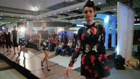 Modele pokazuje projekty podczas pokazu mody, dziewczyny chodzi w dół wybieg, ubierają demonstrację zbiory