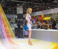 Modele pozują dla gości przy Obrazy Stock