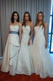 Modele pozują przy Henry Roth wiosny 2016 kolekci Bridal prezentacją Zdjęcie Royalty Free