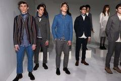 Modele pozują przy Max 'N Chester prezentacją Obrazy Stock