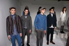 Modele pozują przy Max 'N Chester prezentacją Zdjęcie Royalty Free