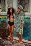Modele pozują w projektanta pływania odzieży podczas Mara Hoffman pływania mody prezentaci Zdjęcie Stock