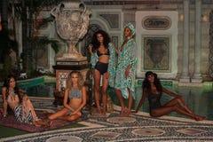 Modele pozują w projektanta pływania odzieży podczas Mara Hoffman pływania mody prezentaci Zdjęcie Royalty Free