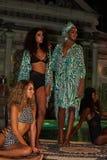 Modele pozują w projektanta pływania odzieży podczas Mara Hoffman pływania mody prezentaci Fotografia Stock