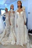 Modele pozują podczas Galia Lahav mody tygodnia Bridal wiosny, lata 2017 prezentaci/ Fotografia Royalty Free