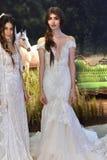 Modele pozują podczas Galia Lahav mody tygodnia Bridal wiosny, lata 2017 prezentaci/ Obrazy Royalty Free