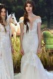 Modele pozują podczas Galia Lahav mody tygodnia Bridal wiosny, lata 2017 prezentaci/ Zdjęcie Royalty Free