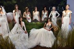 Modele pozują podczas Galia Lahav mody tygodnia Bridal wiosny, lata 2017 prezentaci/ Zdjęcia Royalty Free