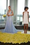 Modele pozują podczas spadku 2015 Pamella Roland Bridal Inkasowej prezentaci Obraz Stock