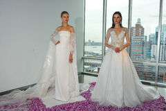 Modele pozują podczas spadku 2015 Pamella Roland Bridal Inkasowej prezentaci Zdjęcia Royalty Free