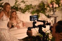 Modele pozuje podczas Claire Pettibone Cztery sezonów Inkasową gablotę wystawową Obrazy Stock