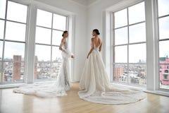 Modele pozuje podczas Ines Di Santo Wiosna 2020 mody bridal prezentacji zdjęcie royalty free