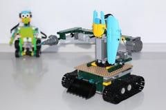 Modele um robô com suas próprias mãos Desenvolvimento infantil imagem de stock