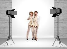 Modele w fotografii studiu z światłami reflektorów obrazy stock