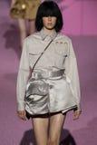 Modeledie campbell loopt de baan in Marc Jacobs tijdens Mercedes-Benz Fashion Week Spring 2015 Stock Afbeelding