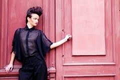 Modelez avec les hairdress dans un procès élégant Photos stock