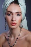 Modelez avec un bandage sur la tête dans le modèle indien de style Image stock