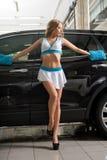 Modelez dans la voiture de lavage uniforme au service de station de lavage image libre de droits