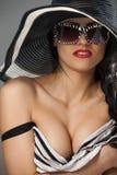 Modelez dans le chapeau et le dessus rayés avec des glassses Photo libre de droits