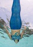Modelez dans une piscine portant un mermaid& x27 ; queue de s Photo libre de droits
