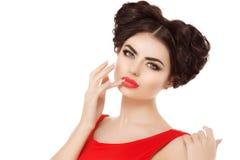 Modelez, la fille avec la coiffure rouge de lèvres, tresses des cheveux en forme de coeur Photos libres de droits